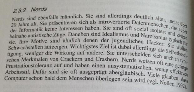 """Das Sachbuch """"Grundlagen der Polizeipsychologie: Grundlagen, Fallbeispiele, Handlungshinweise"""" (Veröffentlichung: September 2003) hat eine interessante Definition von """"Nerd"""" parat."""