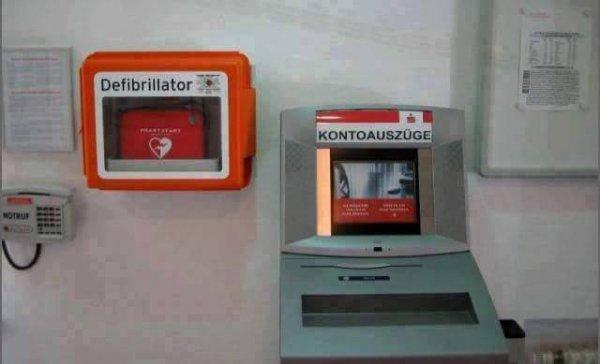 Der Defibrillator neben dem Kontoauszugsdrucker? Das nennt sich Kausalität.