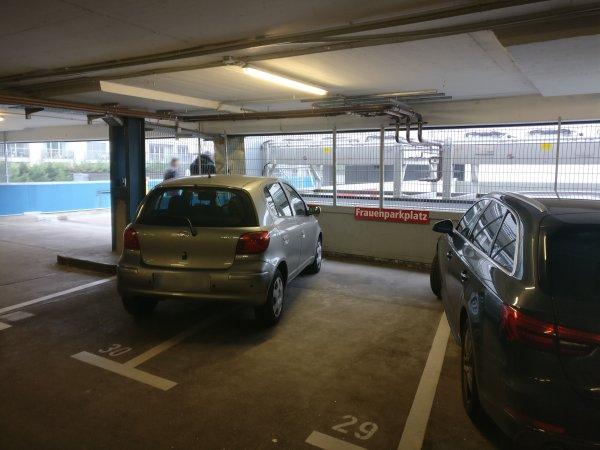 Frauenparkplatz | Das sind nur Klischees.