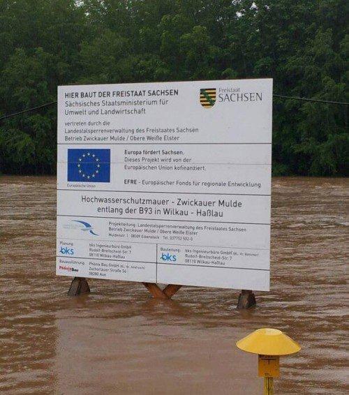 Hier baut ... eine Hochwasserschutzmauer.