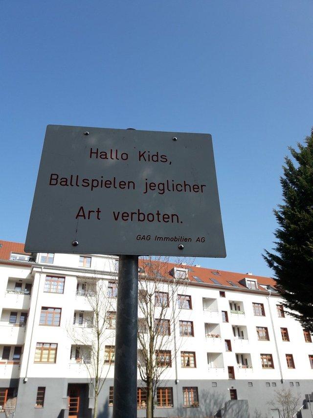 Hallo Kids, Ballspielen jeglicher Art verboten.